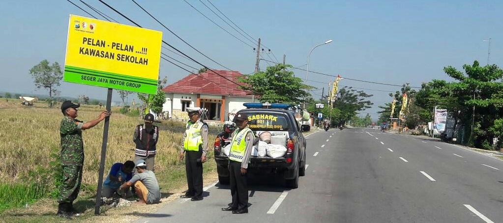 Pemasangan Rambu Peringatan Berkendara<BR>di Sepanjang Jalan Utama Kecamatan Ngraho